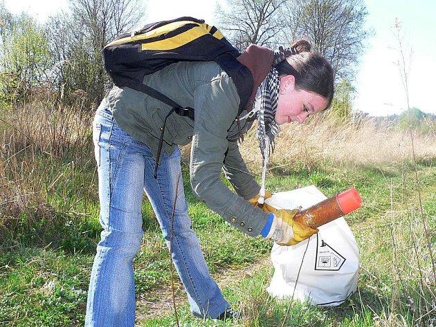 Třicítka nadšenců věnovala sobotní dopoledne úklidu okolí Lužnice. Na snímku Jiřina Vlková z Tábora