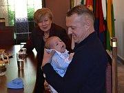 Jihočeská hejtmanka Ivana Stráská přivítala v úterý odpoledne v gotickém salonku Městského úřadu v Táboře prvního letošního Jihočecha, jímž je Adam Loskota z Tábora.