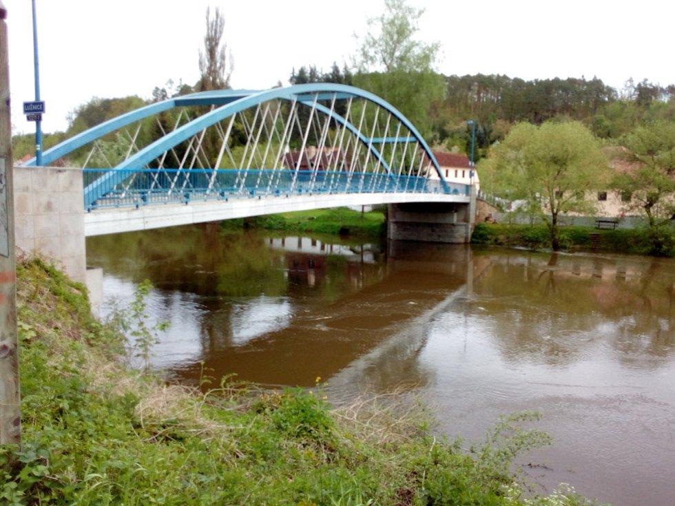 Deště zvedly v polovině května 2021 hladinu řeky Lužnice. Na snímku Bechyně, kde byly instalovány i protipovodňové stěny.