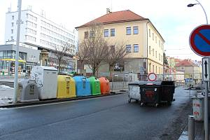 Kontejnery na náměstí Františka Křižíka.