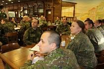 V bechyňské posádce 15. ženijního pluku se sešlo v rámci kurzu Military Decision Making Process 17 příslušníků české a slovenské armády, kteří se během dvou týdnů učili metodicky zvládnout operační plánování.