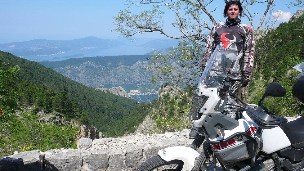 Romana Radostová na motorce v Albánii.