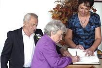 PŘI OBŘADU. Hana a František Černí z Dlouhé Lhoty, kteří jsou spolu už padesát let, se na Obecním úřadě v Choustníku zapsali také do tamní pamětní knihy.