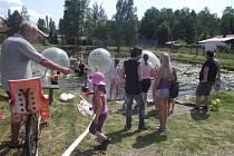 Děti z Roudné v sobotu objevovaly kouzlo aquazorbingu.