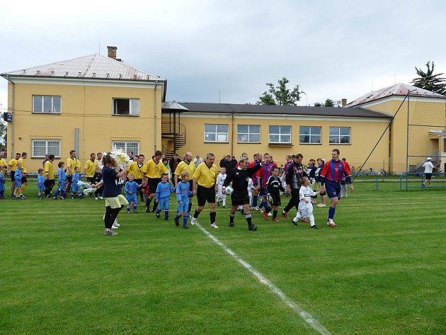 Snímek zachycuje utkání Kopačky versus Sekačky před budovou sokolovny, při němž nastoupil domácí tým hráčů nad 35 let proti hokejistům Mountfield České Budějovice.