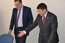 Ministr průmyslu Jan Mládek a velvyslanec Kazachstánu Serzhan Abdykarimov (vpravo).