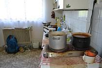 Vodu ohřívá na elektrickém vařiči, který dostal od kamaráda.