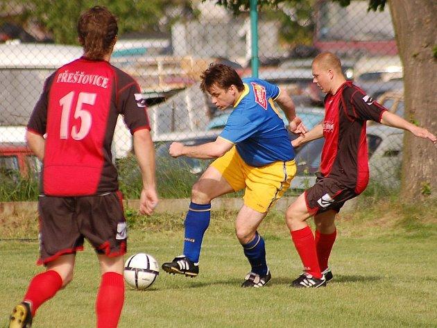 Dražický útočník Michal Vinklárek (uprostřed) vyšel v minulém přeborovém utkání svého týmu na půdě Přešťovic střelecky naprázdno. Prosadí se mužstvo zítra proti favorizované Kaplici?
