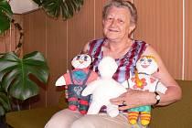 Dvě z více než dvanácti stovek ušitých bílých panenek se vrátily do Vožice zpátky. Pomaloval a obolékl je devítiletý chlapec spolu se svou maminkou, když musel delší dobu ležet v pražském Motole a na ukázku je poslal do klubu důchodců.