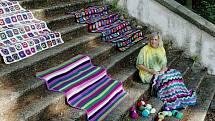 Mladovožické ženy pokryjí ručně šitými dekami schody místní kaple Nanebevzetí Panny Marie.
