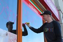 Obchody také zažívají velký nápor zákazníků, někdy nestačí doplňovat zboží. V neděli 15. března se tvořily fronty i na čerpacích stanicích a provozovatelé obchodů přijímali další opatření.