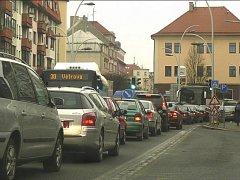 Objízdná trasa nažene těžká auta do Sezimova Ústí a Plané. Na snímku je nedávná dopravní zácpa na Křižíkově náměstí.