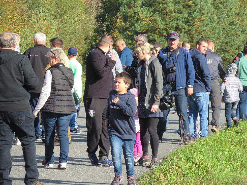 V neděli 13. října z táborského areálu Komora vyjeli účastnici Charitativního srazu mustangů a US Cars na projížďku do Bechyně.