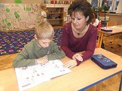 Antonín se svou asistentkou, která mu pomáhá při výuce.