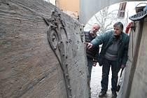 Vratům z 15. století vrátí lesk restaurátor Václav Veřtát (vlevo) a kovář Luděk Červenka.