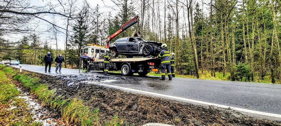 Osobní auto značky BMW v době příjezdu hasičů hořelo v plném rozsahu.