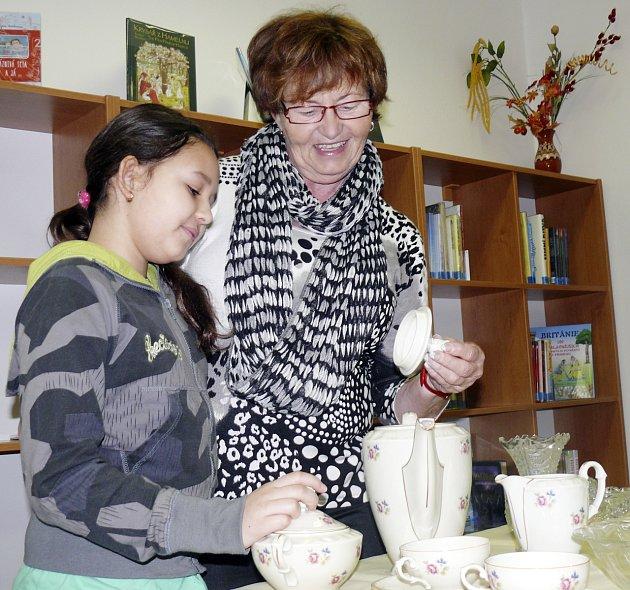 Na bazárku nechyběla ani Zdena Holická z Klubu plánských dam s vnučkou Lindou Vaňkovou. Porcelánová souprava, kterou obdivují, ale už našla svého majitele.