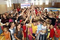 David Svoboda na loňských olympijských hrách v Londýně vyhrál zlatou medaili v moderním pětiboji. Včera s kolegy navštívil bechyňskou ZŠ Libušina.