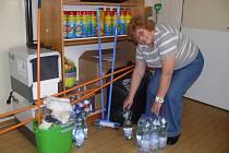 Jana Mališáková ve skladu Českého červeného kříže v Táboře přijímá věci pro postižené povodnění