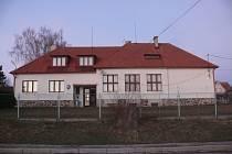 ŠKOLA. Z budovy bývalé školy je dnes obecní úřad.