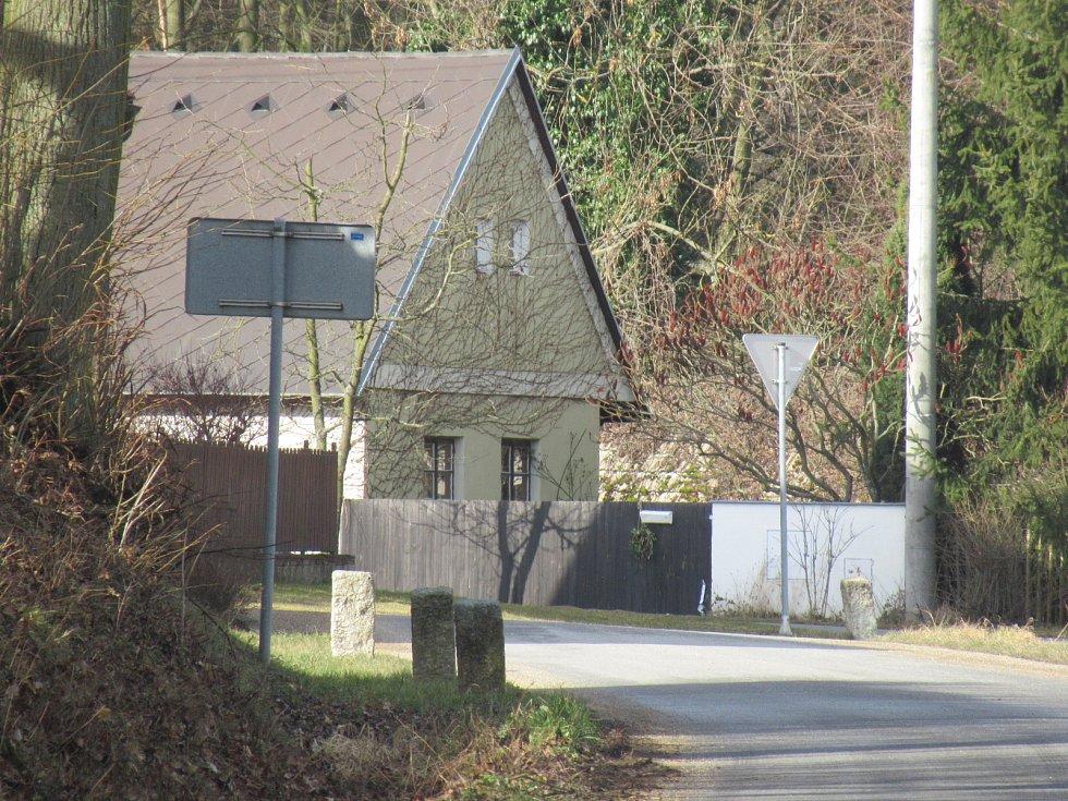 Třebiště u Skalice na Soběslavsku se stalo ve čtvrtek 13. února dějištěm vraždy mladé ženy. Nejvyšší zločin měl v noci spáchat její partner, který na sebe potom do chalupy u Návesního rybníka zavolal policii.