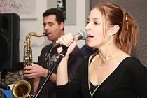 Zpěvačka Petra Kratochvílová opět vystoupila s táborskou skupinou Tarapaca Jazz. Ani jejich precizně interpretované jazzové standardy však nepřiměly návštěvníky přispět na pomoc autistům.