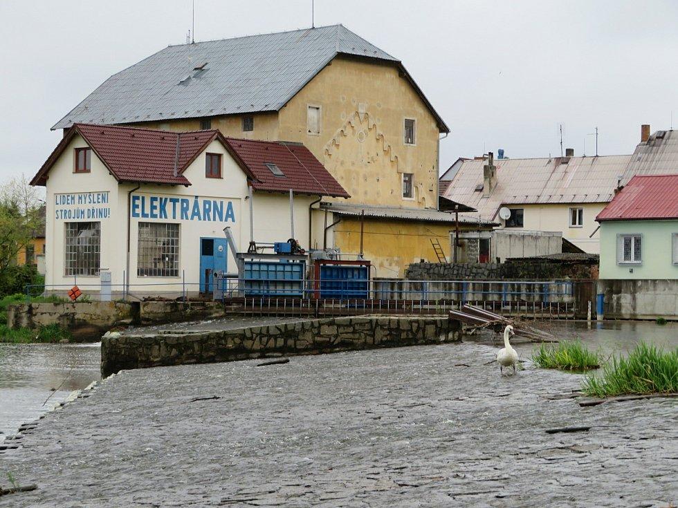 Řeka Lužnice v Plané nad Lužnicí a v Táboře v neděli 16. května.