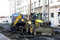 Od minulého týdne stavbaři opravuji silnici  v Šafaříkově ulici u dopravního hřiště a budují tam také chodník. Traktor a nákladní auto se na konci týdne přestěhovaly i do sousední Jeronýmovy ulice, v níž je až do konce listopadu zákaz vjezdu.