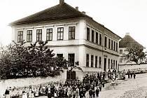 STARÁ BUDOVA ŠKOLY slouží dětem od roku 1882.