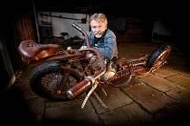 Tomáš Pitlík se svým neobvyklým motocyklem.