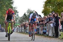 FINIŠ. Ve spurtu hlavního závodu si to rozdali silničář Michal Malík (vlevo) a specialista na horská kola Jan Rajchart.