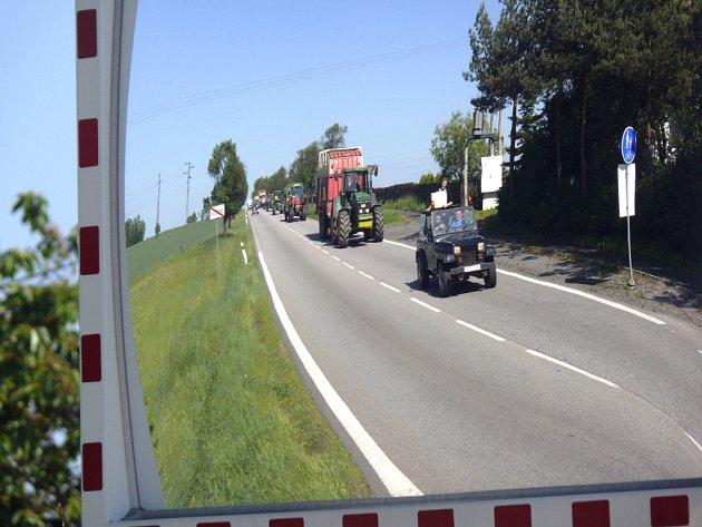 Zemědělci na Táborsku se připojili k protestu. Bojují proti zrušení zelené nafty. Včera dopoledne přibrzdili řidiče na silnicích směrem na Písek a Pelhřimov.