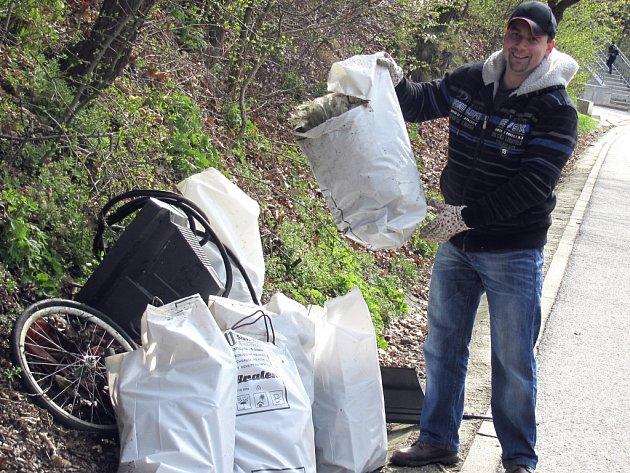 Ochránci přírody pravidelně čistí břehy okolo  Lužnice. Ze snímku je patrné, že měli o práci postaráno.
