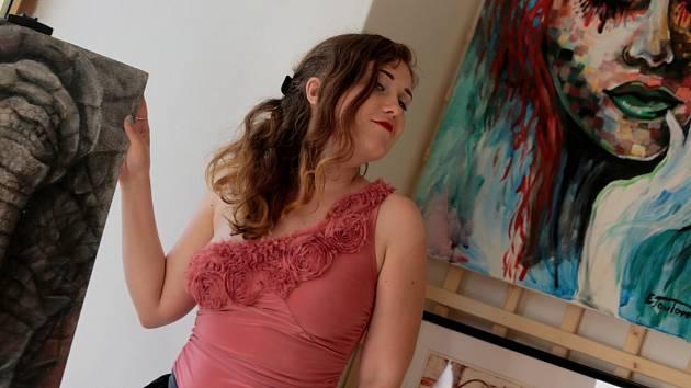 Malířka, režisérka a spisovatelka Eva Toulová představí na vernisáži svých obrazů  v Galerii Záliv ještě dvě další umělkyně: básnířku Lucii Ottou a herečku Jiřinu Daňhelovou.