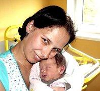 DOMINIKA JAROŠOVÁ Z CHÝNOVA. Narodila se 2. června v 7.17 hodin. Vážila 2860 g, měřila 48 cm a je prvním dítětem Terezy a Zbyňka.