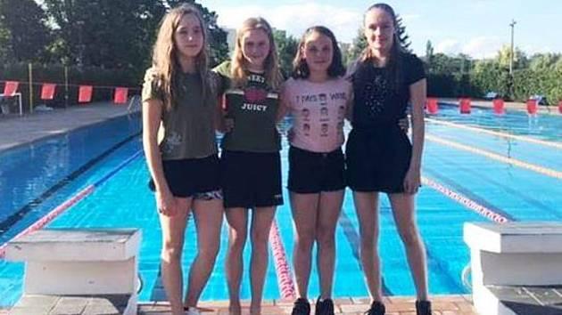 Dívčí kvarteto na 4 x 50 m volný způsob ve složení Aneta Kakosová, Linda Čeňková, Karolína Kubošková a Simona Marešová (zleva) u Otavy nenašlo přemožitelky.