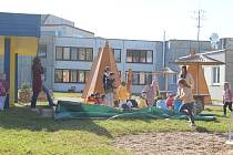 Děti z táborské MŠ Hastrmánek mají indiánskou vesnici. A nejen tu.