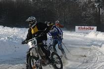 Čtrnáct posádek jezdců se utkalo na mistrovství České republiky v motoskijöringu v Želči