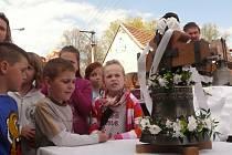 Ve Dvorcích posvětili a zavěsili nový zvon