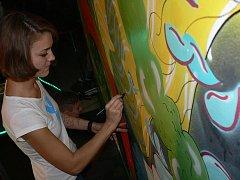 Mladí umělci pomalovali zeď v táborském klubu 604.
