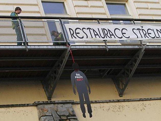 Symbolizovali popravené lidi za minulého režimu.