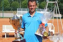 Miroslav Codl si z Bechyně odvezl putovní pohár pro vítěze dvouhry a triumfoval i v deblu.