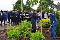 Památný javor slavnostně pomohli zasadit starosta dobrovolných hasičů Jiří Hořejší a nejstarší člen sboru František Stodola, který je hasičem už úctyhodných 51 let.