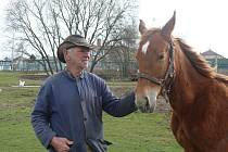 Bývalý strojvedoucí Josef Kolibík se dlouhé roky věnuje chovu koní.