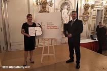 Ocenění převzali ve Španělském sále Pražského hradu, jednatel společnosti Michal Polanecký a auditorka společnosti Monika Becková.