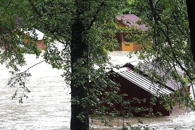 LONI: ODPLAVALY. Některé chaty nevydržely nápor silného proudu vody a odplavaly několik metrů mimo své místo.
