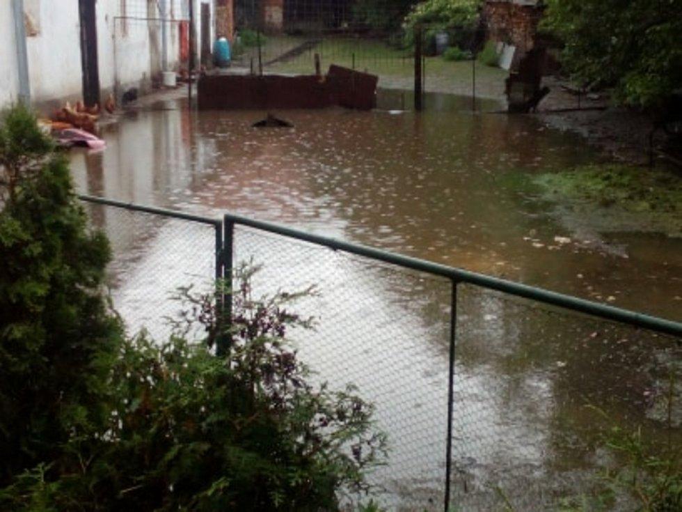 Zaplavený dvůr v obci Sviny na Táborsku.