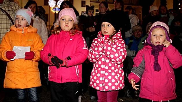 Zpívání na táborském náměstí.