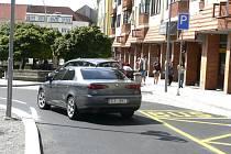 U INTEGRA.  Toto místo vyžaduje od řidičů disciplínu, jinak si tu budou zbytečně komplikovat průjezd. V zúženém místě k vjezdu na Budějovickou jsou dva pruhy a ještě  zastávka autobusu.