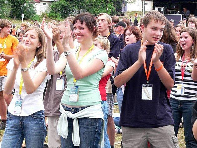 MLÁDÍ V KLOKOTECH. Na celostátní setkání mládeže se ke včerejšímu dni registrovalo 5600 mladých lidí. Na louce v Klokotech nedaleko kláštera čekala na účastníky hudední vystoupení, modlitby a od 11 hodin katecheze s  biskupem Karlem Herbstem.